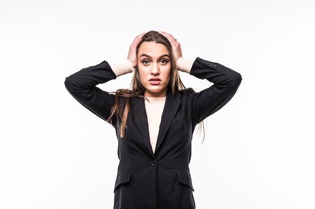 Attraktive frau, die schwarze kleidersuite trägt, bedeckt ihre ohren mit händen auf einem weiß.