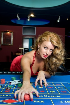 Attraktive frau, die spaß in einem casino hat, während sie gewinnt