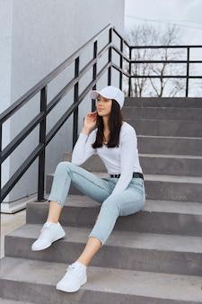 Attraktive frau, die stilvolle jeans trägt