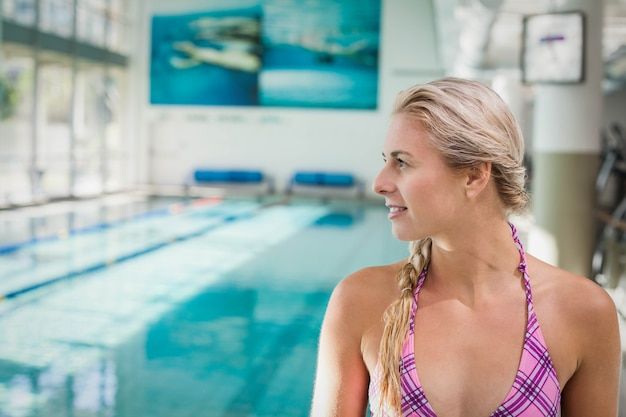 Attraktive frau, die weg dem pool betrachtet