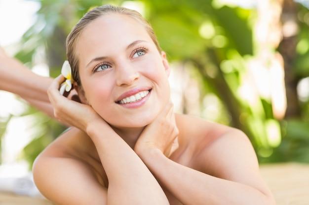 Attraktive frau, die zurück massage auf ihr erhält
