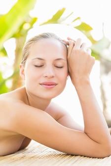 Attraktive frau, die zurück massage erhält