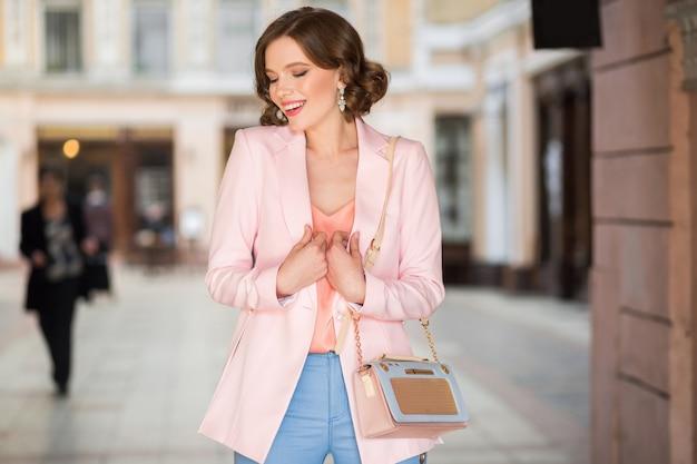 Attraktive frau gekleidet im trendigen outfit, das in der straße von mailand beim einkaufen geht