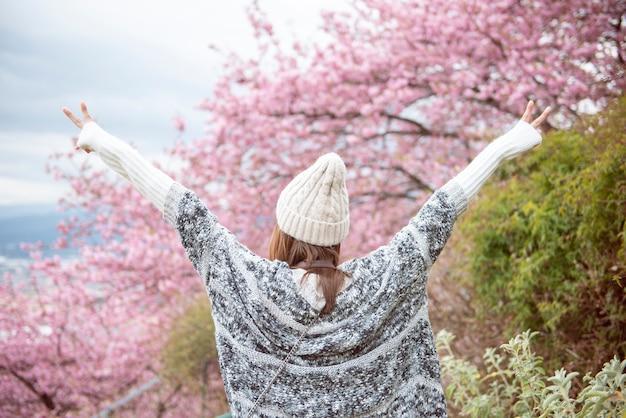 Attraktive frau genießt mit cherry blossom in matsuda, japan