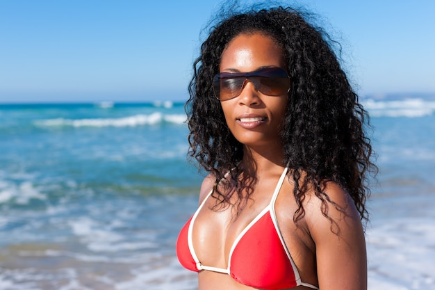 Attraktive frau im bikini am strand