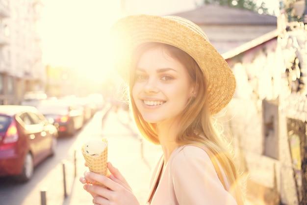 Attraktive frau im freien essen eiscreme spaziergang reisemodell
