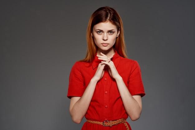 Attraktive frau im roten kleid glamour make-up romantik