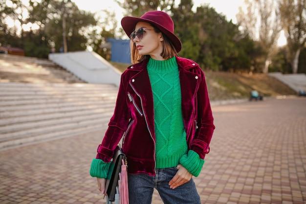 Attraktive frau im trendigen outfit im herbststil, die im straßensaisontrend spazieren geht