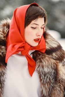 Attraktive frau im winter im freien