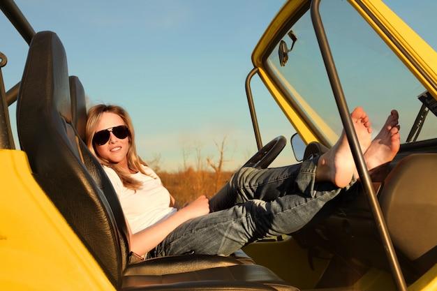 Attraktive frau in einem jeep im sommer