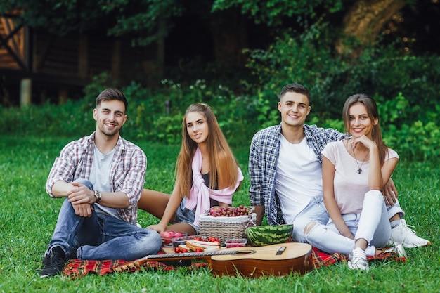 Attraktive frau in jeanskleidung und kausischer lächelnder mann im jeanshemd stehen zusammen