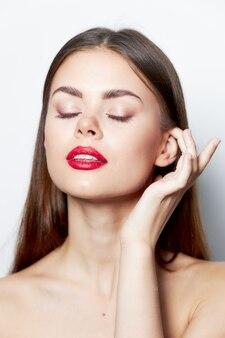 Attraktive frau klare haut nackte schultern geschlossen augen rote lippen charme