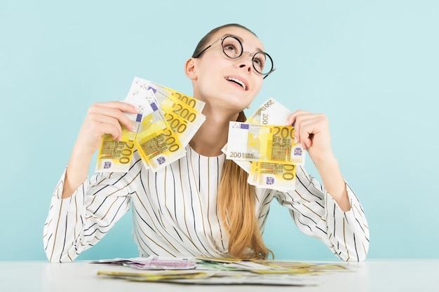 Attraktive frau mit bargeld