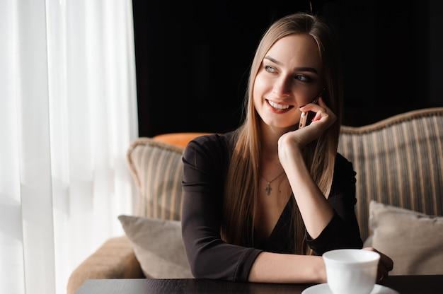 Attraktive frau mit dem netten lächeln, das unterhaltungsgespräch hat