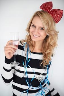 Attraktive frau mit einem glas champagner