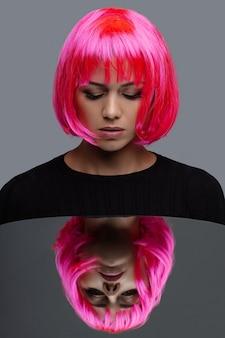 Attraktive frau mit rosa neonhaar
