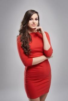 Attraktive frau mit rotem kleid