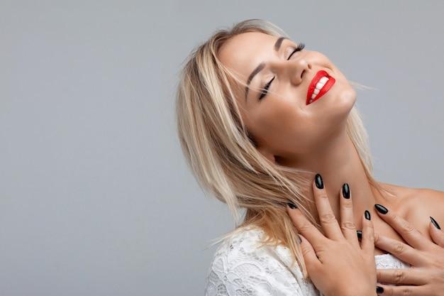 Attraktive frau mit roten lippen