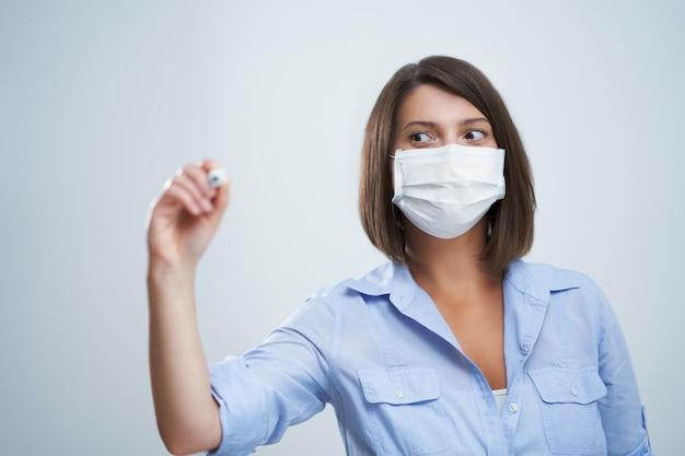 Attraktive frau mit schutzmaske isoliert auf weißem hintergrund
