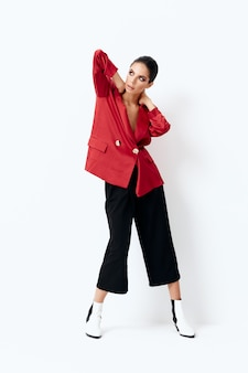 Attraktive frau stilvolle kleidung seitenansicht nach hause isoliert hintergrund