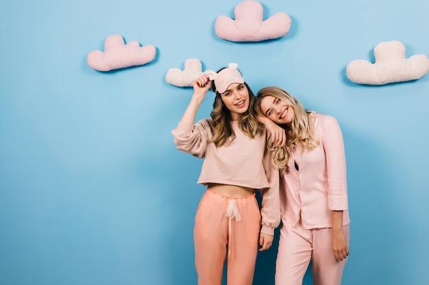 Attraktive frauen, die auf pyjama-party herumalbern