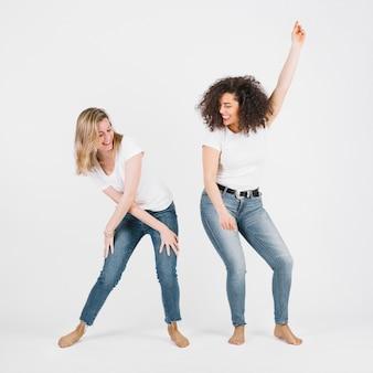 Attraktive frauen, die zusammen tanzen