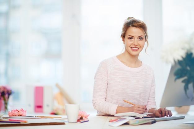 Attraktive geschäftsfrau im reizenden büro