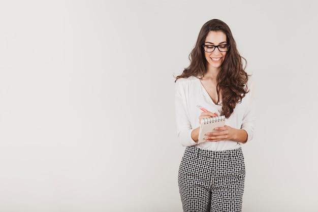 Attraktive geschäftsfrau mit brille schriftlich