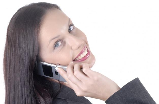 Attraktive geschäftsfrau mit mobiltelefon