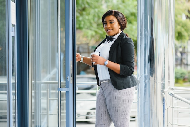 Attraktive geschäftsfrau vor dem büro