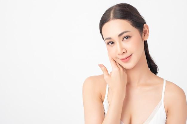Attraktive gesunde asiatische frau mit schönheitspflege