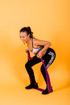 Attraktive junge afroamerikanische sportfitnessfrau in der sportbekleidung, die herausarbeitet
