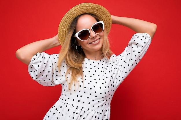 Attraktive junge blonde frau, die jeden tag stilvolle kleidung und moderne sonnenbrillen trägt, isoliert auf