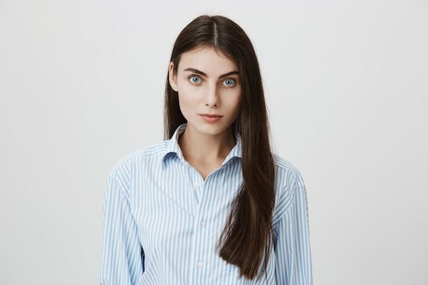 Attraktive junge büroangestellte im hemd