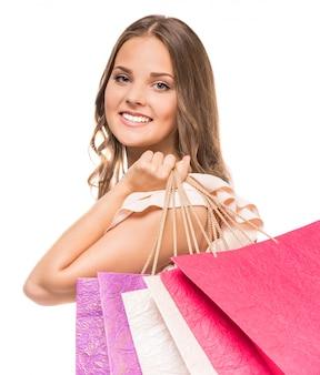 Attraktive junge frau, die einkaufstaschen hält.