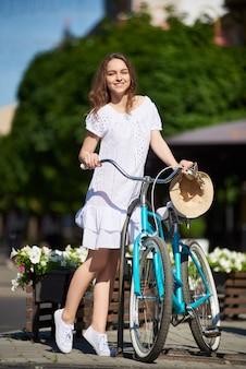 Attraktive junge frau, die ihr fahrrad fahren genießt