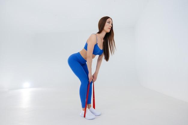 Attraktive junge frau führt sportübungen durch. fitness, gesunder lebensstil.