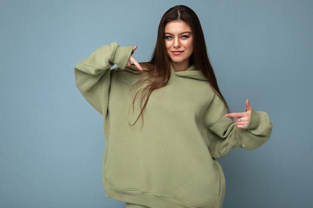 Attraktive junge frau in einem khaki-hoodie. attrappe, lehrmodell, simulation. speicherplatz kopieren.