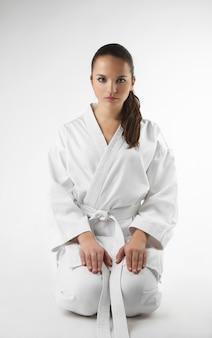 Attraktive junge frauen in einer karatehaltung