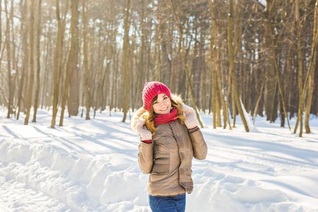 Attraktive junge schöne frau in der winterzeit im freien.