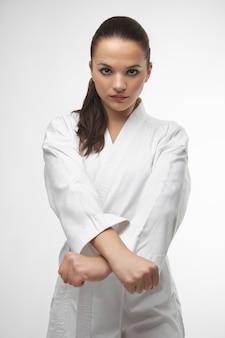 Attraktive junge sexy frauen in einer karatehaltung