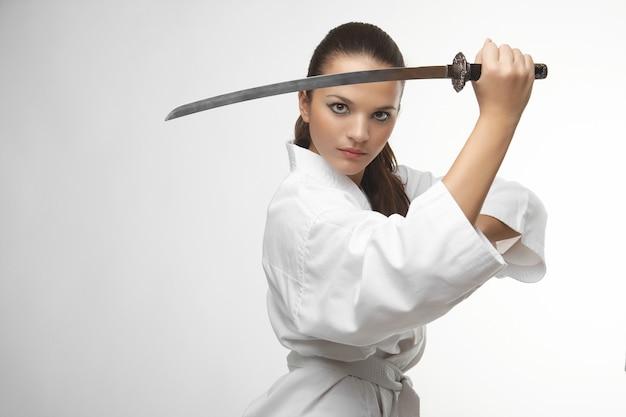 Attraktive junge sexy frauen mit samuraiklinge