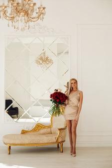 Attraktive kaukasische frau mit blonden haaren im stilvollen kleid