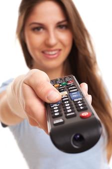Attraktive kaukasische frau mit fernsehdirektübertragung