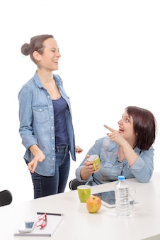 Attraktive kolleginnen machen eine pause