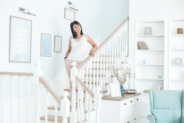 Attraktive mittlere erwachsene frau zuhause. porträt der erwachsenen frau. schöne frau zu hause
