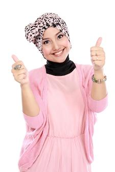 Attraktive muslimische frau, die daumen aufgibt