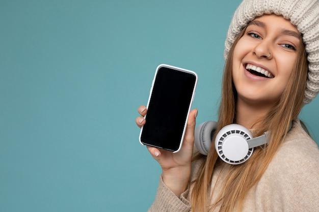 Attraktive positive lächelnde junge frau des nahaufnahmeporträts, die stilvolles lässiges outfit trägt