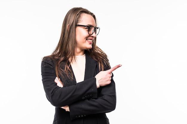 Attraktive professionelle frau, die schwarze kleidersuite auf einem weißen trägt.