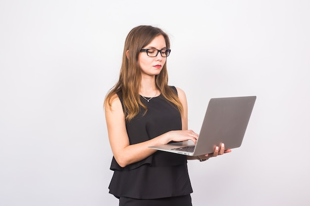Attraktive reife geschäftsfrau, die am laptop arbeitet.